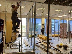 Монтаж интегральных комбинированных офисных перегородок