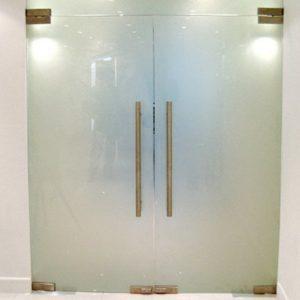 цельностеклянная распашная дверь из матового стекла