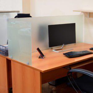 настольные экраны из стекла