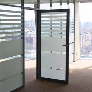 тонированная алюминиевая дверь со стеклом