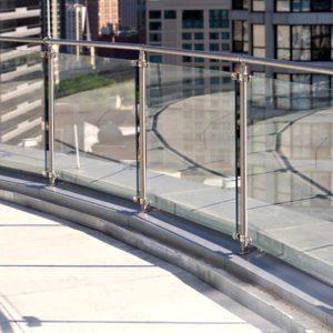 ограждения балкона из стекла и металлических стоек