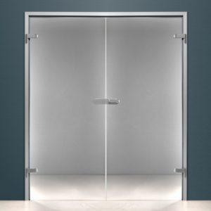 распашная двустворчатая дверь из стекла в алюминиевой коробке