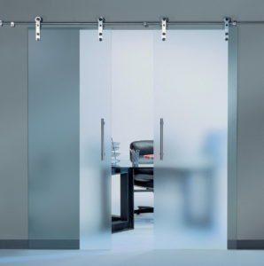 прозрачная раздвижная стеклянная дверь