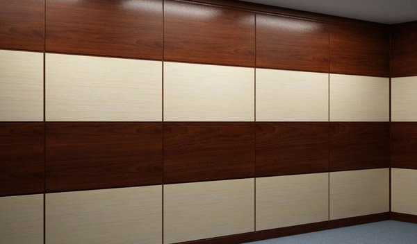 облицовка стен кабинета разноцветными деревянными панелями